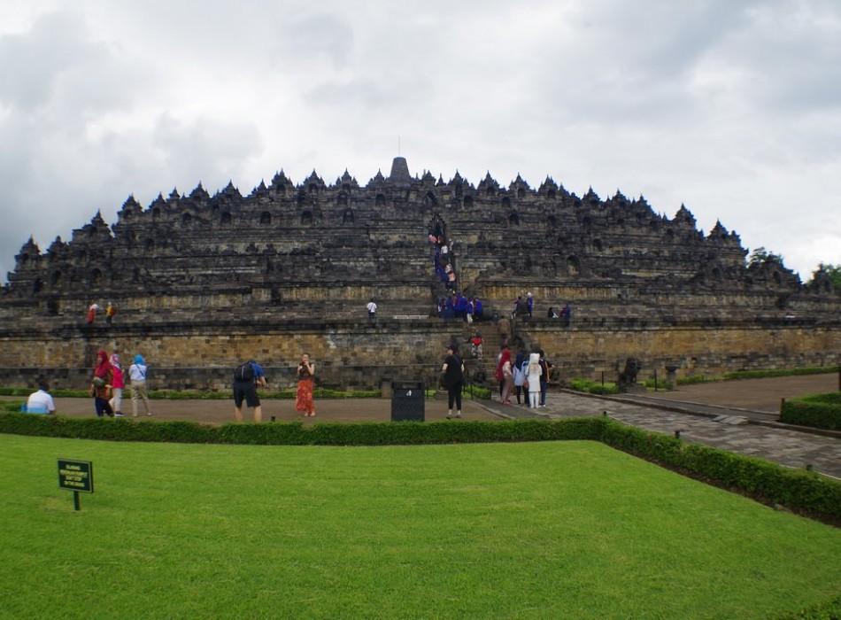 Borobudur vs Prambanan